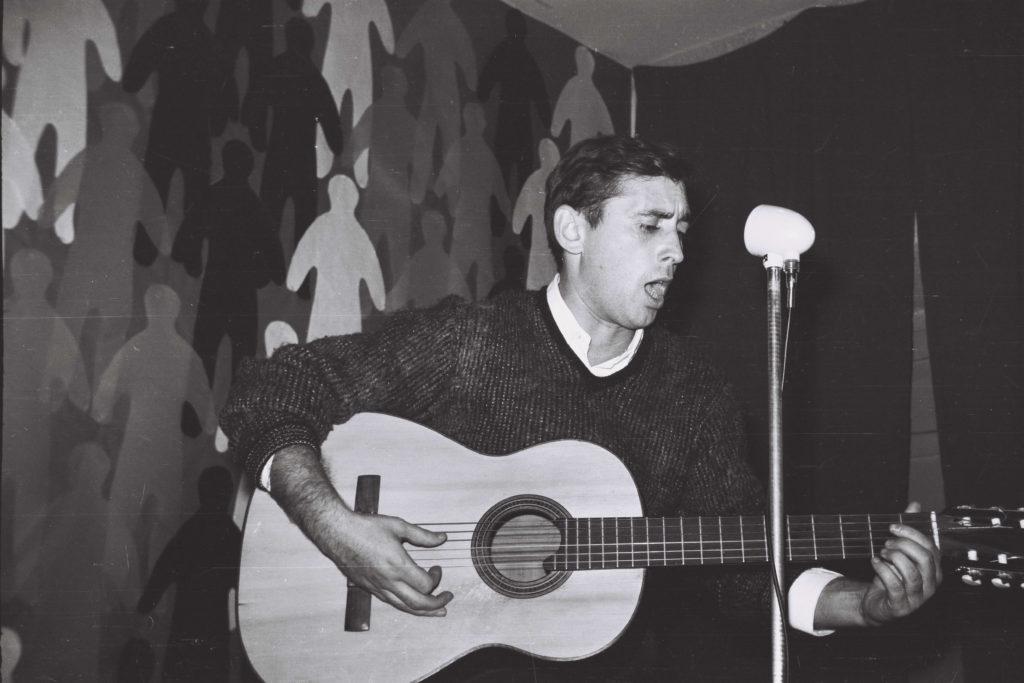 2 Raimon cantant